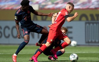 epa08470151 Florian Wirtz of Leverkusen is challenged by Alphonso Davies of FC Bayern Muenchen and Joshua Kimmich of FC Bayern Muenchen during the Bundesliga match between Bayer 04 Leverkusen and FC Bayern Munich at BayArena in Leverkusen, Germany, 06 June 2020.  EPA/MATTHIAS HANGST / POOL DFL regulations prohibit any use of photographs as image sequences and/or quasi-video.