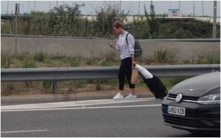 Rakitic torna a casa a piedi dall'aeroporto