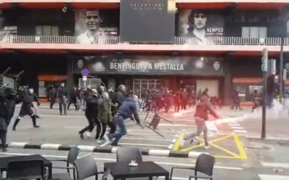 Caos Valencia-Barça, guerriglia tra ultras. VIDEO