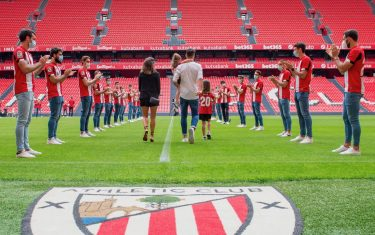 epa08438000 A handout picture provided by Athletic Bilbao shows Athletic Bilbao's Aritz Aduriz (C-R) accompanied by wife and daughters attending his retirement honorary ceremony at San Mames stadium in Bilbao, Spain, 22 May 2020. Athletic Bilbao's striker Aritz Aduriz announced his retirement on 20 May 2020 due to an injury. Aduriz scored 141 goals in 296 appearances for Spanish La Liga soccer club Athletic Bilbao.  EPA/ATHLETIC CLUB BILBAO / HANDOUT  HANDOUT EDITORIAL USE ONLY/NO SALES