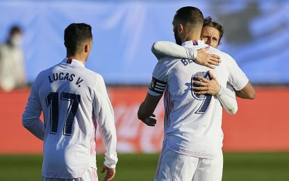 Il Real s'aggrappa a Benzema: 2-1 all'Elche al 91'
