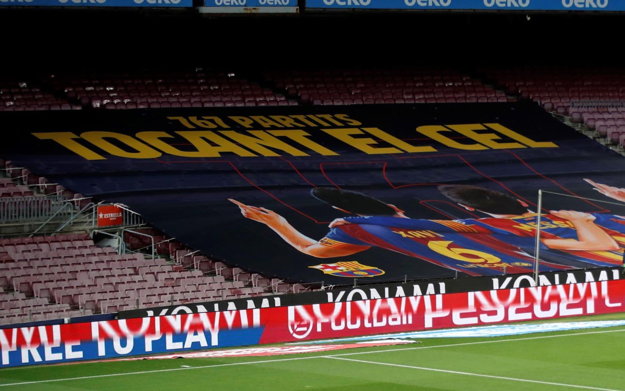 """""""Toccando il cielo"""", lo striscione al Camp Nou per Messi e Xavi"""