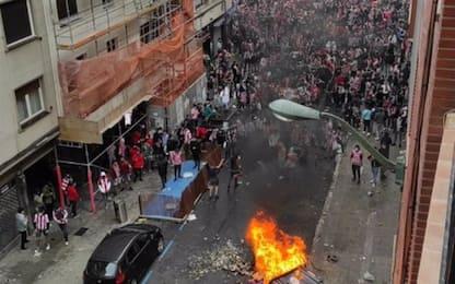 Caos a Bilbao, scontri tra tifosi e polizia basca