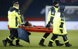 epa08882862 Paris Saint Germain's Neymar Jr is carried off the pitch after sustaining an injury during the French Ligue 1 soccer match between PSG and Lyon at the Parc des Princes stadium in Paris, France, 13 December 2020.  EPA/YOAN VALAT