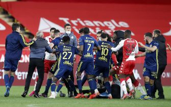 epa09174810 Players of Lyon (blue) and Monaco (red) argue at the end of the French Ligue 1 soccer match between AS Monaco and Olympique Lyonnais at the Louis II stadium in Monaco, 02 May 2021.  EPA/SEBASTIEN NOGIER