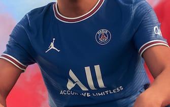 Psg, la nuova maglia per il 2021-2022: via la striscia e ...