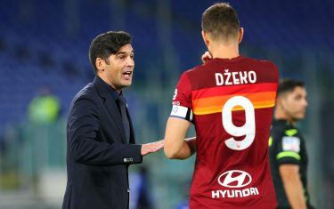 Roma head coach Paulo Fonseca (L) and Edin Dzeko talk each other during the Italian championship Serie A football match between AS Roma and Benevento Calcio on October 18, 2020 at Stadio Olimpico in Rome, Italy - Photo Federico Proietti / DPPI / LM