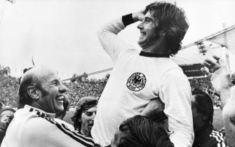 epa02240194 (FILE)?A?file picture dated 07 July 1974 shows Germany's 2-1 winning goal scorer Gerd?Mueller?(R)?celebrating with German head coach Helmut Schoen (L)?after winning the FIFA?1974 World Cup final soccer match against the Netherlands in Munich, Germany. Germany won 2-1. The Netherlands reached the FIFA 2010 World Cup final on 11 July 2010 at the Soccer City stadium in Johannesburg, South Africa, after beating Uruguay 3-2 in the semi final on July 06.  EPA/STAFF B/W ONLY