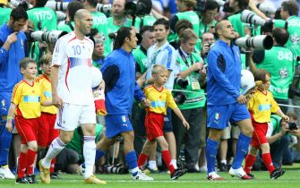 © Giampiero Sposito\LaPressesport - calcioBerlino 09/07/2006Campionato del Mondo Germania 2006FinaleItalia-FranciaNella foto l'ingresso in campo delle squadre guidate dai due capitani, Zinedine Zidane per la Francia e Fabio Cannavaro per l'Italia