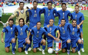 9 luglio 2006, la formazione dell'Italia fotografata prima della finale del Mondiale 2006 contro la Francia, all'Olympiastadion di Berlino. ANSA/KAY NIETFELD +++ Mobile Services OUT +++ Please refer to FIFA's Terms and Conditions. / I50
