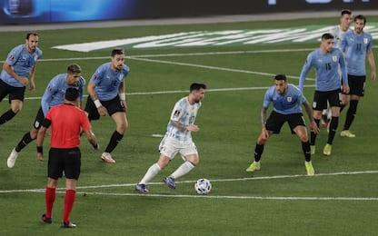 'Uno contro tutti', Messi come Maradona. FOTO