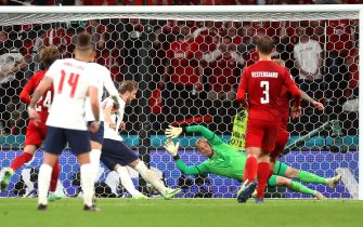 epa09330349 Harry Kane (C-L) of England scores the 2-1 lead from the penalty spot during the UEFA EURO 2020 semi final between England and Denmark in London, Britain, 07 July 2021.  EPA/Carl Recine / POOL (RESTRICTIONS: For editorial news reporting purposes only. Images must appear as still images and must not emulate match action video footage. Photographs published in online publications shall have an interval of at least 20 seconds between the posting.)