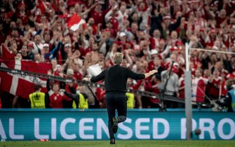 epa09292265 Danish coach Kasper Hjulmand reacts towards the Danish fans after the UEFA EURO 2020 group B preliminary round soccer match between Russia and Denmark in Copenhagen, Denmark, 21 June 2021.  EPA/Mads Claus Rasmussen  DENMARK OUT