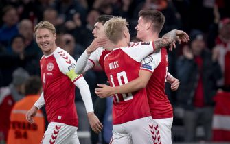 epa09520875 Denmark's Joakim Maehle (R) celebrates with teammates after scoring the 1-0 goal during the FIFA World Cup 2022 qualification soccer match between Denmark and Austria at Parken Stadium in Copenhagen, Denmark, 12 October 2021.  EPA/Liselotte Sabroe  DENMARK OUT
