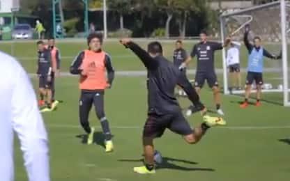 Lozano, pallonetto da centrocampo in allenamento