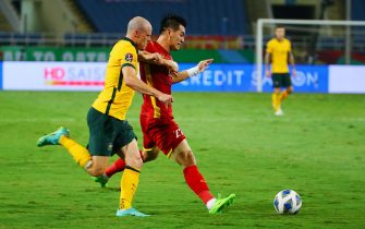 epa09453395 Vietnam's Nguyen Tien Linh (R) in action against Australia's Brad Smith (L) during the final round of the 2022 FIFA World Cup Asian qualifiers between Vietnam and Australia in Hanoi, Vietnam 07 September 2021. The match is played without fans amid the coronavirus disease (COVID)-19 pandemic  EPA/LUONG THAI LINH