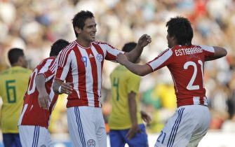 epa02816945 Paraguay's Roque Santa Cruz (L) celebrates his goal with his teammate Marcelo Estigarribia during the Copa America 2011 group match between Brazil and Paraguay in Cordoba, Argentina, 09 July 2011.  EPA/LEO LA VALLE