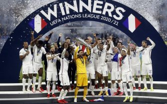 epa09517580 Players of France celebrate with the trophy after winning the UEFA Nations League final soccer match between Spain and France in Milan, Italy, 10 October 2021.  EPA/MATTEO BAZZI