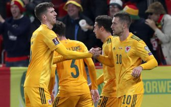 epa09514059 Aaron Ramsey (R) of Wales celebrates with teammates after scoring the 1-0 lead during the FIFA World Cup 2022 qualifying soccer match between the Czech Republic and Wales in Prague, Czech Republic, 08 October 2021.  EPA/Martin Divisek