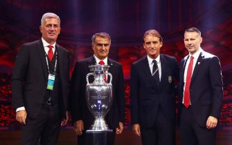 BUCHAREST, ROMANIA - NOVEMBER 30: Vladimir Petkovic, Head Coach of Switzerland, Senol Gunes, Head Coach of Turkey, Roberto Mancini, Head Coach of Italy and Ryan Giggs, Head Coach of Wales pose for a photo with the The Henri Delaunay Trophy after the UEFA Euro 2020 Final Draw Ceremony at the Romexpo on November 30, 2019 in Bucharest, Romania. (Photo by Dean Mouhtaropoulos/Getty Images)