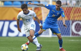 GDYNIA, POLAND - JUNE 11: Salvatore Esposito of Italy U20 fights for the ball with Kyrylo Dryshliuk of Ukraine U20 during the 2019 FIFA U-20 World Cup Semi Final match between Ukraine and Italy at Gdynia Stadium on June 11, 2019 in Gdynia, Poland. (Photo by Adam Nurkiewicz/Getty Images)