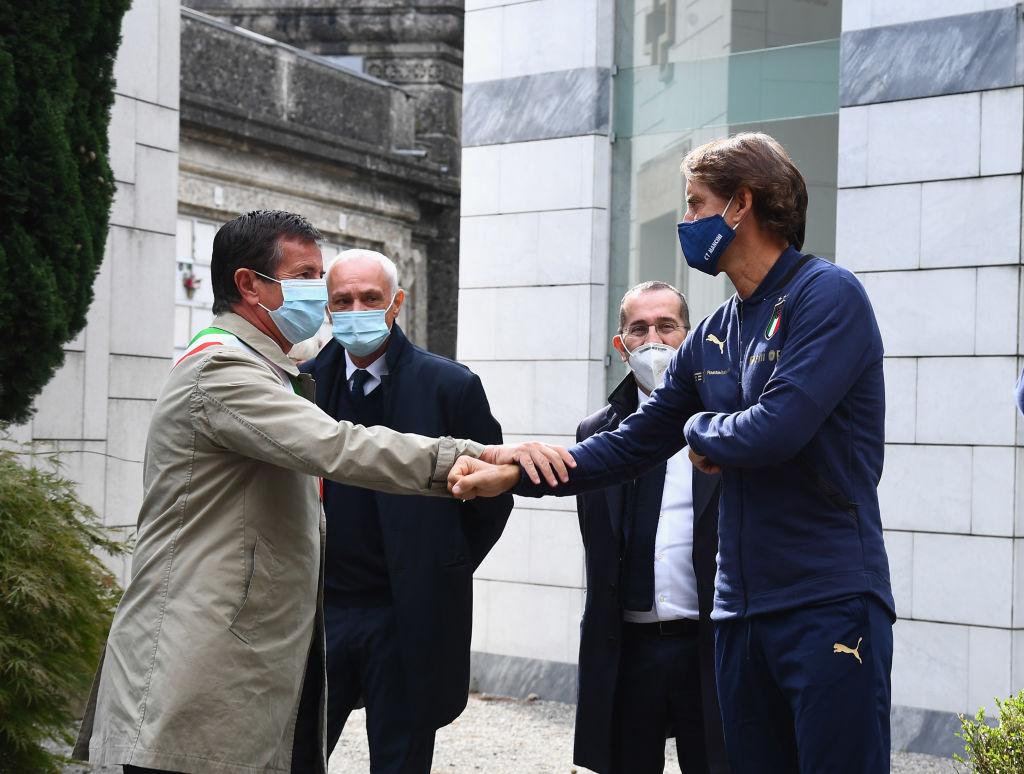 BERGAMO, ITALY - OCTOBER 14:  Mayor of Bergamo Giorgio Gori and head coach Italy Roberto Mancini honor the Covid-19 Victims In Bergamo on October 14, 2020 in Bergamo, Italy.  (Photo by Claudio Villa/Getty Images)