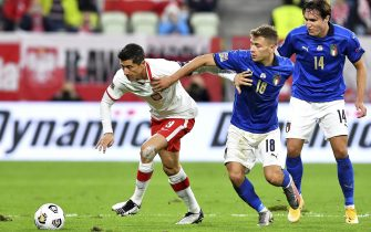 epa08736491 Robert Lewandowski (L) of Poland in action against Nicolo Barella (C) and Federico Chiesa (R) of Italy during the UEFA Nations League soccer match between Poland and Italy, Gdansk, Poland, 11 October 2020.  EPA/Adam Warzawa POLAND OUT