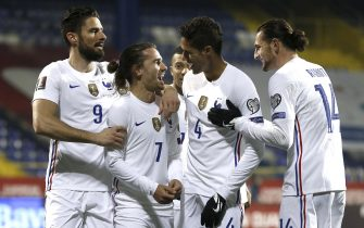 epa09109424 Antoine Griezmann (2-L) of France celebrates with teammates after scoring the opening goal during the FIFA World Cup 2022 qualifying soccer match between Bosnia & Herzegovina and France in Sarajevo, Bosnia and Herzegovina, 31 March 2021.  EPA/Fehim Demir