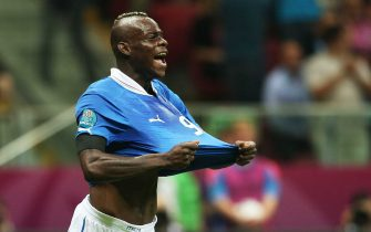 Italian forward Mario Balotelli celebrates after scoring the 1-0 lead during the semi final match of the UEFA EURO 2012 between Germany and Italy in Warsaw, Poland, 28 June 2012.    ANSA/OLIVER WEIKEN UEFA Terms and Conditions apply http://www.epa.eu/downloads/UEFA-EURO2012-TCS.pdf