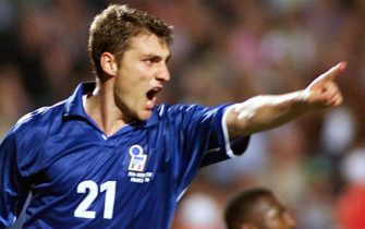 SMM36-19980617-MONTPELLIER: Italian forward Christian Vieri jubilates after scoring the 3rd goal for his team and his second in the game, 17 June at the Stade de la Mosson in Montpellier during the 1998 Soccer World Cup Group B first round match between Italy and Cameroon. Italy won 3-0. (At R Cameroon's goalkeeper Jacques Songo'o) (ELECTRONIC IMAGE)    EPA PHOTO/AFP/BORIS HORVAT