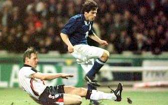 L'attaccante dell'Italia Gianfranco Zola salta il difensore inglese Stuart Pearce per scoccare il tiro dell'1-0 sul campo di Wembley contro l'Inghilterra in un incontro valido per le qualificazioni ai Mondiali di Francia '98, 13 febbraio 1997. ANSA/ADAM BUTLER