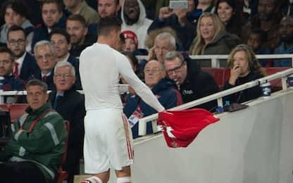 Xhaka scaglia la fascia, tifosi Arsenal infuriati