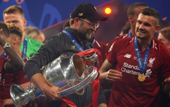 MADRID, SPAIN - JUNE 01:  Jurgen Klopp, Manager of Liverpool celebrates with the Champions League Trophy after winning the UEFA Champions League Final against Tottenham Hotspur at Estadio Wanda Metropolitano on June 01, 2019 in Madrid, Spain (Photo by Quality Sport Images/Getty Images)