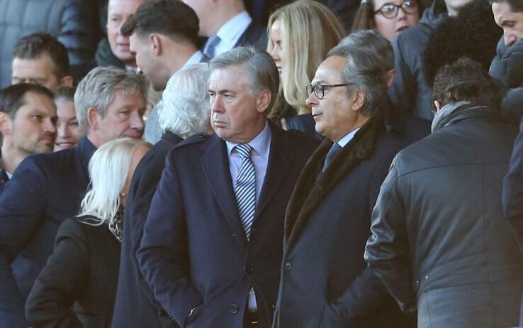 Carlo Ancelotti osserva il suo Everton dalla tribuna