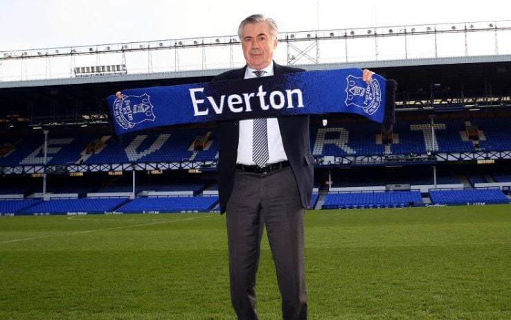 Ancelotti con la sciarpa dell'Everton