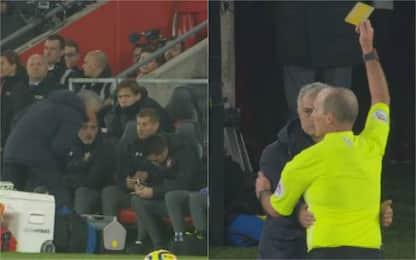 "Mourinho ""sbircia"" gli appunti avversari: ammonito"