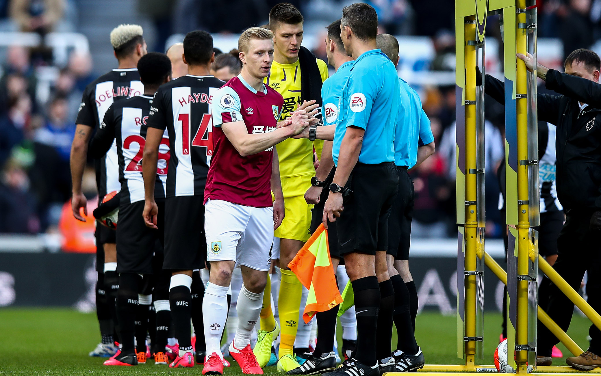 Stop alle strette di mano in campo in Premier League