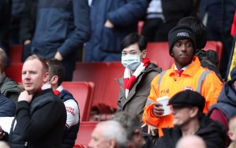 LONDON, ENGLAND - MARCH 07: A fan wears a disposable face mask during the Premier League match between Arsenal FC and West Ham United at Emirates Stadium on March 07, 2020 in London, United Kingdom. (Photo by Alex Morton/Getty Images)