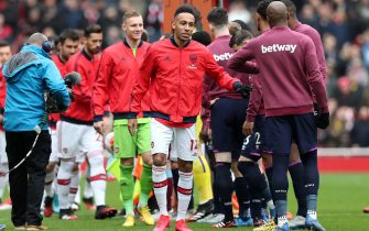 LONDON, ENGLAND - MARCH 07: Players of Arsenal and West Ham United give each other a fist bump instead of a handshake prior to the Premier League match between Arsenal FC and West Ham United at Emirates Stadium on March 07, 2020 in London, United Kingdom. (Photo by Alex Morton/Getty Images)