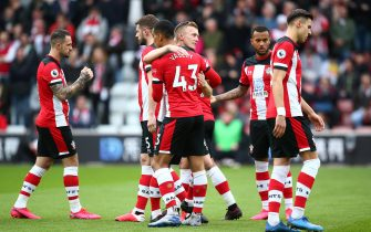 SOUTHAMPTON, ENGLAND - MARCH 07: Players of Southampton  embrace each other prior to the Premier League match between Southampton FC and Newcastle United at St Mary's Stadium on March 07, 2020 in Southampton, United Kingdom. (Photo by Charlie Crowhurst/Getty Images)