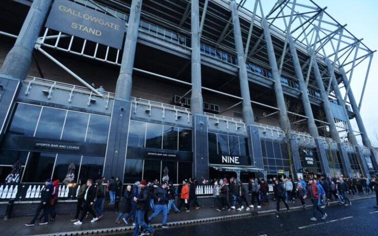 I tifosi del Newcastle all'esterno del Nine