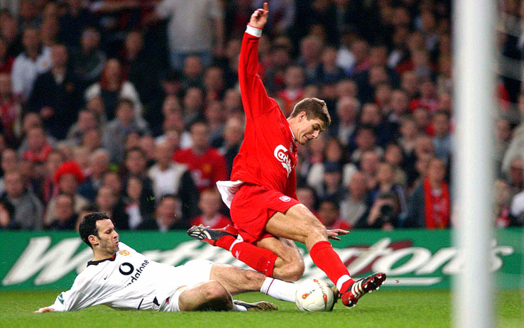Un contrasto fra Giggs e Gerrard durante la finale della Worthington Cup nel 2003