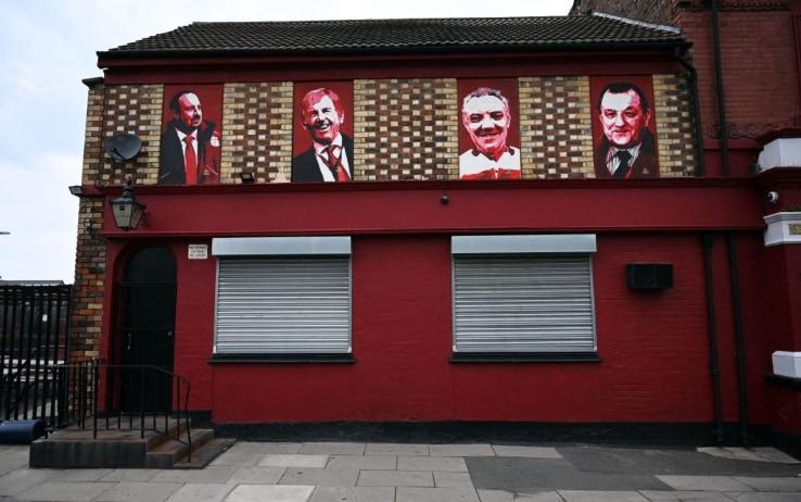 Le foto di Rafael Benitez, Kenny Dalglish, Joe Fagan e Bob Paisley ornano le pareti di un pub nei pressi di Anfield