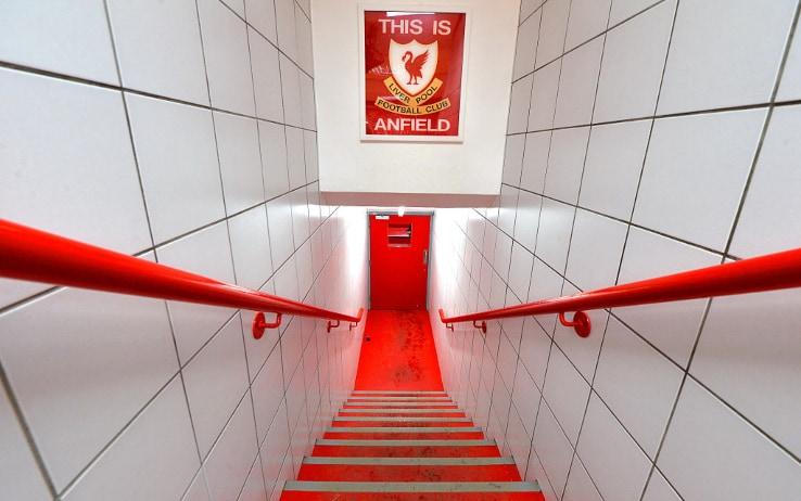 """""""Questo è Anfield"""", la scritta che leggono i giocatori poco prima di entrare in campo"""