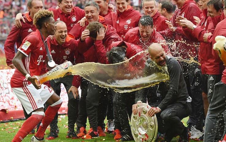 Alaba e il bagno di birra a Pep dopo la Bundesliga vinta nel 2016