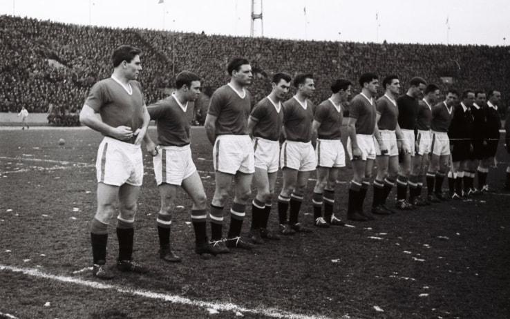 5 febbraio 1958, l'ultima foto dello United (in campo contro la Stella Rossa a Belgrado) prima del disastro aereo di Monaco