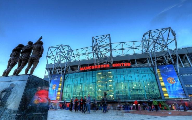 East Stand, a sinistra le statue di Bobby Charlton, Dennis Law e Geroge Best; sullo sfondo quella di Matt Busby