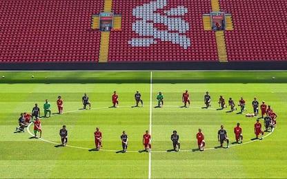 Liverpool in ginocchio per George Floyd. FOTO