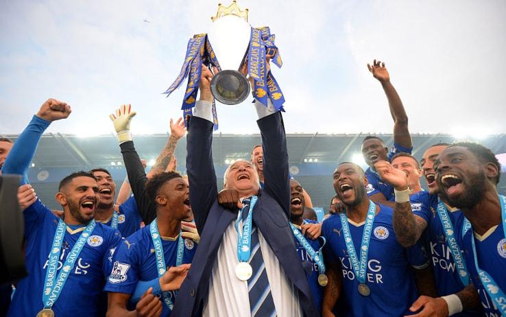 Claudio Ranieri alza il trofeo della Premier League nel 2016