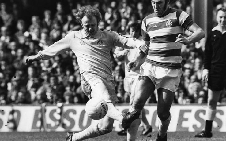 Billy Bremner in contrasto con Gerry Francis in un Leeds-QPR del 1975